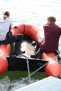 Sehr langsam geht es vorwärts: Abschleppen des Floßes in die Seemitte mit dem Paddelboot. Foto: T. Sachs.