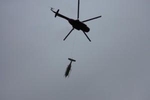 Froschperspektive: Helipod und der Hubschrauber. Foto: Niko Bornemann, AWI Potsdam.