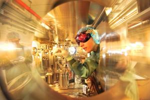 Laser-Teilchenbeschleunigung in der ELBE - Zentrum für Hochleistungs-Strahlenquellen im HZDR: In dieser sogenannten Target-Kammer trifft der Lichtstrahl des Hochleistungslasers auf den Elektronenstrahl des ELBE-Beschleunigers. Ziel ist die Erzeugung brillanter Röntgenstrahlung. (im Hintergrund Doktorandin Josefine Metzkes)