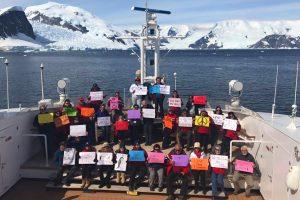 #WomensMarch auf einem Ausflugsschiff im Neko Harbor, nahe der Nordspitze der antarktischen Halbinsel. Foto: Linda Zunas