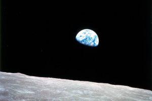 Earthrise - Aufnahme des Erdaufgangs über dem Mond von Apollo 8 an Weihnachten 1968. Bild: NASA (public domain)