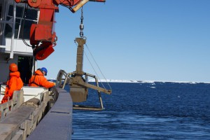 The journey of the giant box corer into the deep in the North-East Greenland Polynya begins. Photo: Tilia Breckenfelder