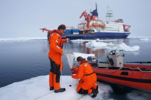 Collecting algae at the ice edge with the Hand Net. (Photo: Annegret Krandick)