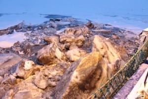 Das sehr schmutzige Eis vom Arbeitsdeck aus gesehen. Foto: Ole Valk