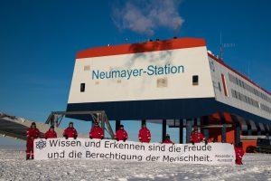 """""""Wissen und Erkennen sind die Freude und die Berechtigung der Menschheit."""" – Alexander v. Humboldt (Foto: Überwinterungsteam 2018 an der Neumayer-Station III)"""