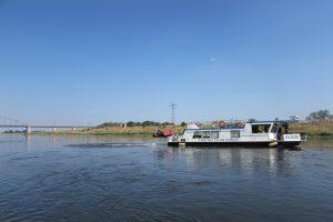 Kaum noch Wasser unterm Kiel: UFZ-Forschungsschiff ALBIS unterwegs von Schmilka nach Geesthacht
