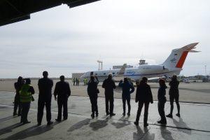 Wissenschaftler winken dem Forschungsflugzeug HALO zum Abschied der SouthTRAC Kampagne